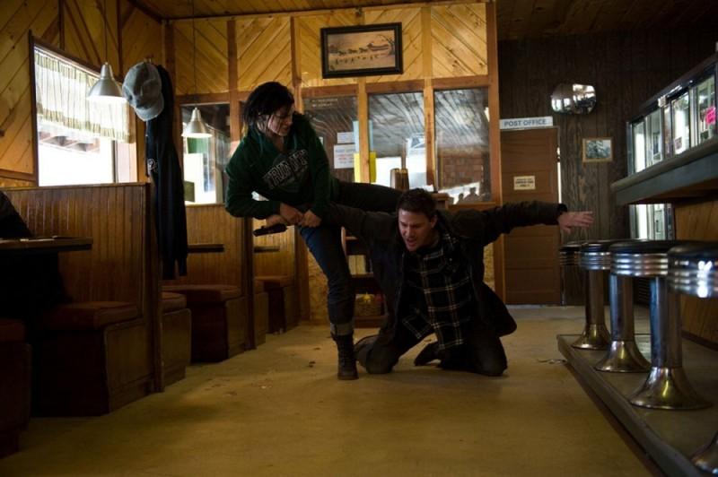 Gina Carano insieme a Channing Tatum in una concitata scena di Knockout - Resa dei conti