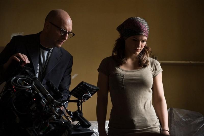 Gina Carano insieme al regista Steven Soderbergh sul set di Knockout - Resa dei conti