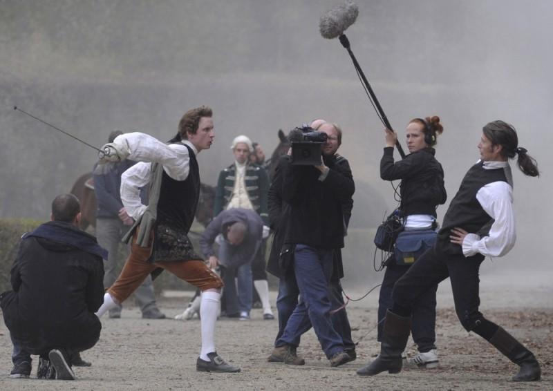 Mads Mikkelsen sul set del film A Royal Affair prova una scena