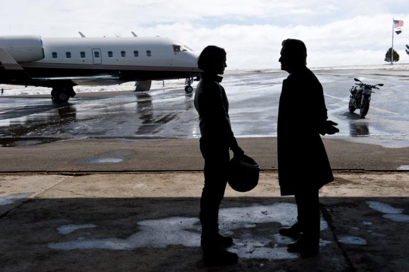 Michael Douglas in una scena di Knockout - Resa dei conti insieme a Gina Carano