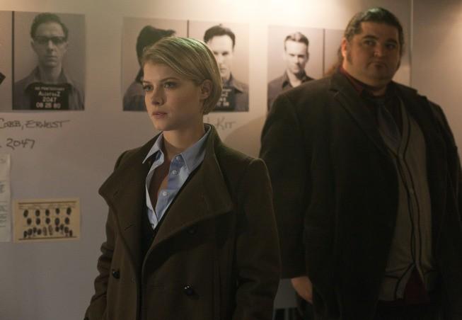 Alcatraz: Jorge Garcia e Sarah Jones in una scena dell'episodio Cal Sweeney