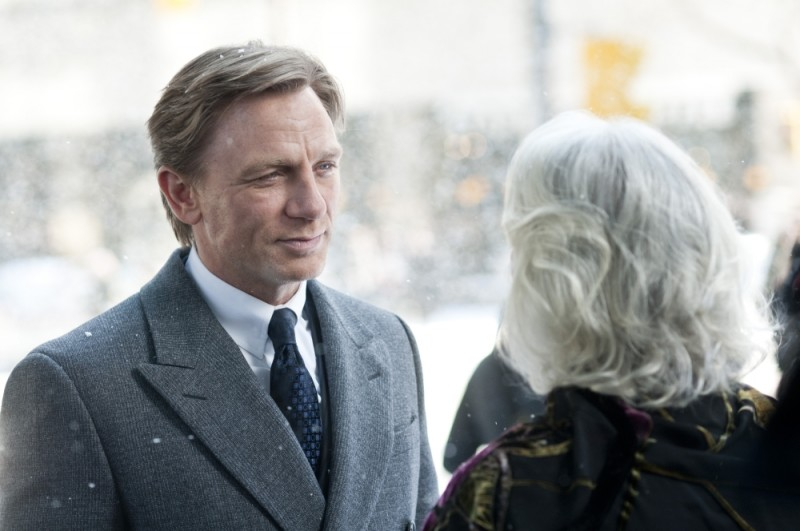Daniel Craig sotto la neve in una scena del film Dream House