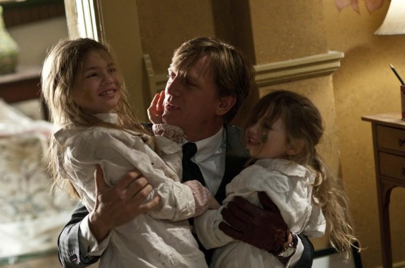 Dream House: Daniel Craig in una scena del film con le giovani attrici Taylor e Claire Geare