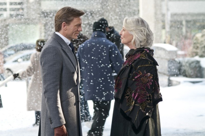 Dream House: Jane Alexander con Daniel Craig sotto la neve in una scena del film