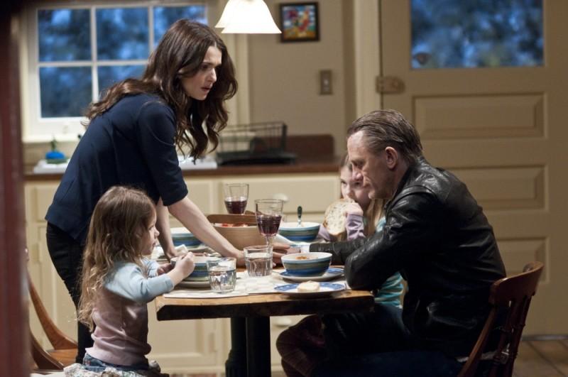 Dream House: la famiglia Atenton al completo in una scena del film