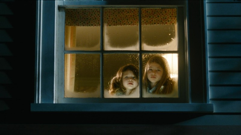 Dream House: le piccole Taylor e Claire Geare in una scena del film