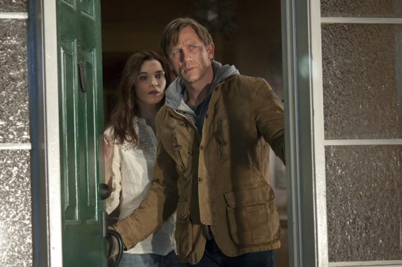 Dream House: Rachel Weisz e Daniel Craig alla porta in una scena del film