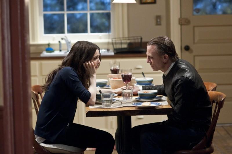 Dream House: Rachel Weisz e Daniel Craig discutono animatamente a tavola in una scena del film