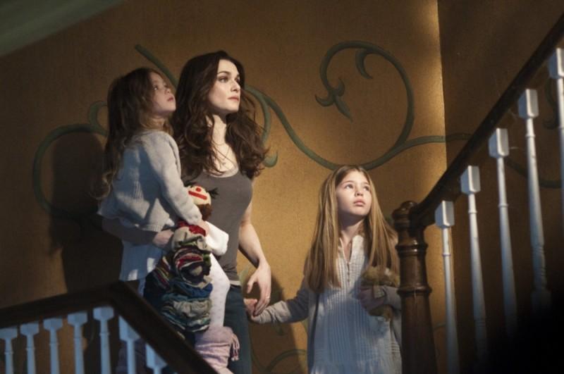 Dream House: Rachel Weisz in una concitata scena insieme alle piccole Taylor e Claire Geare