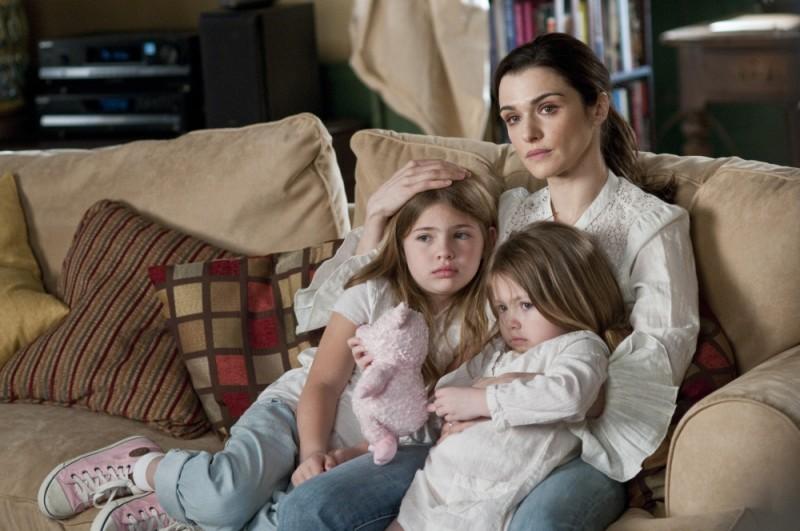 Dream House: Rachel Weisz in una tenera scena del film con le piccole Taylor e Claire Geare