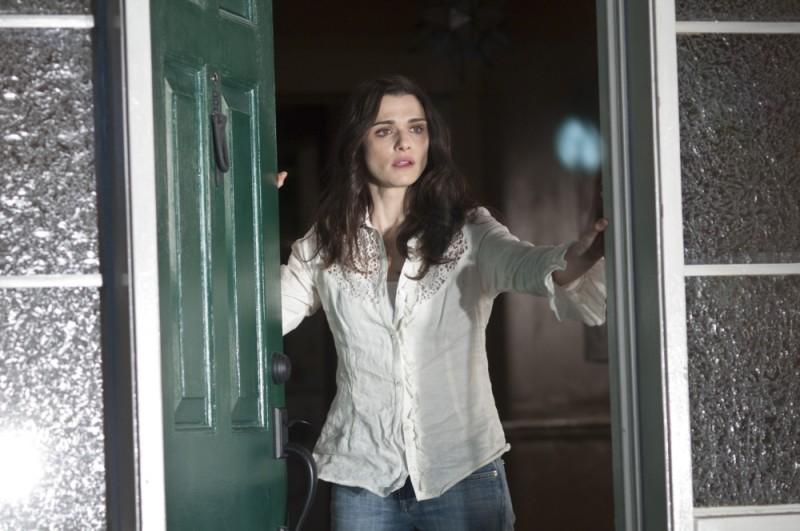Dream House: Rachel Weisz titubante apre la porta di casa in una scena del film