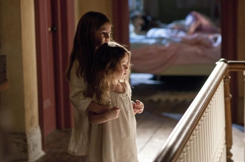 Dream House: Taylor e Claire Geare spaventatissime in una scena del film
