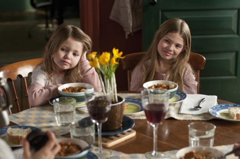 Dream House: una bella immagine delle piccole Taylor e Claire Geare tratta dal film
