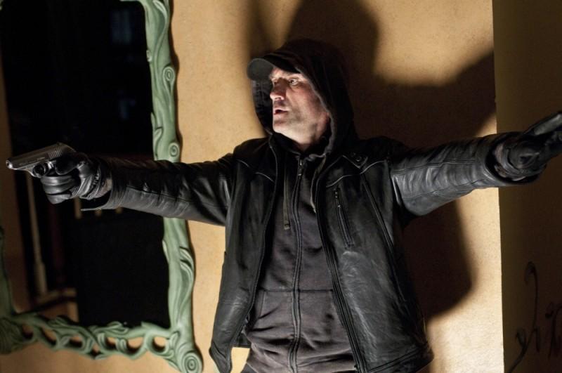 Elias Koteas in una scena del thriller Dream House