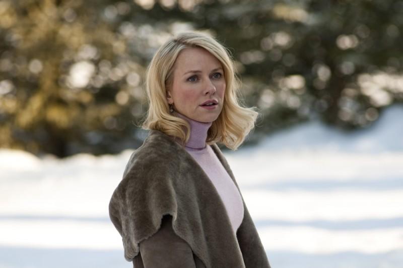 Naomi Watts sulla neve in una scena di Dream House