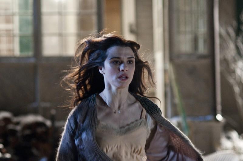 Rachel Weisz corre spaventata in una scena del thriller Dream House