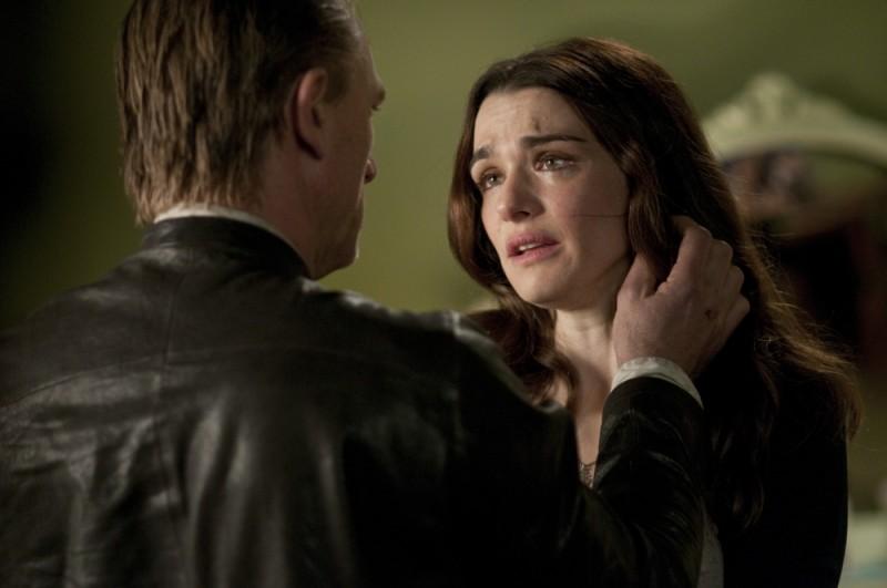 Rachel Weisz e Daniel Craig angosciati e impauriti in una scena di Dream House