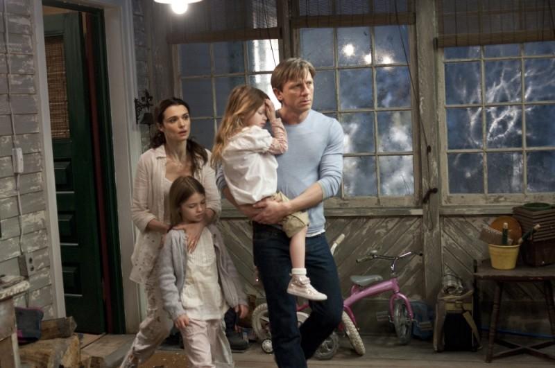 Rachel Weisz e Daniel Craig con le loro bambine in una scena del thriller Dream House