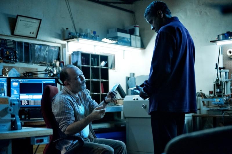 Denzel Washington in una scena del thriller Safe House - Nessuno è al sicuro con Rubén Blades