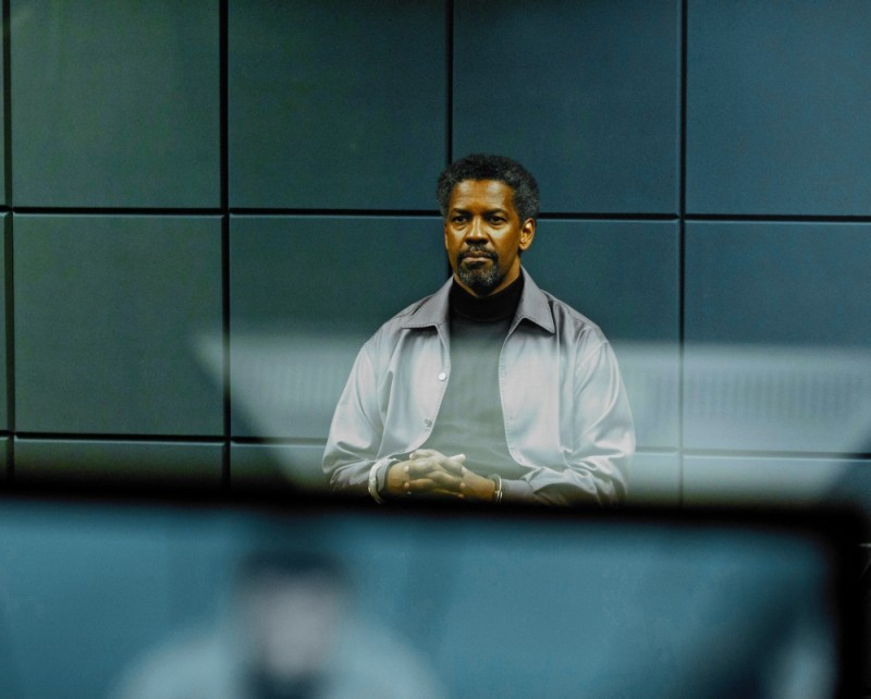Denzel Washington in una suggestiva scena del thriller Safe House - Nessuno è al sicuro