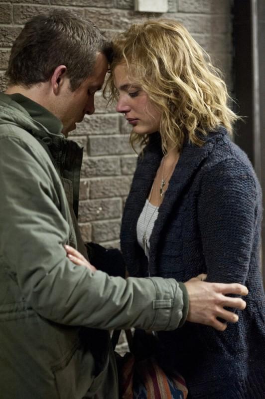 Ryan Reynolds con Nora Arnezede in una scena del thriller Safe House - Nessuno è al sicuro