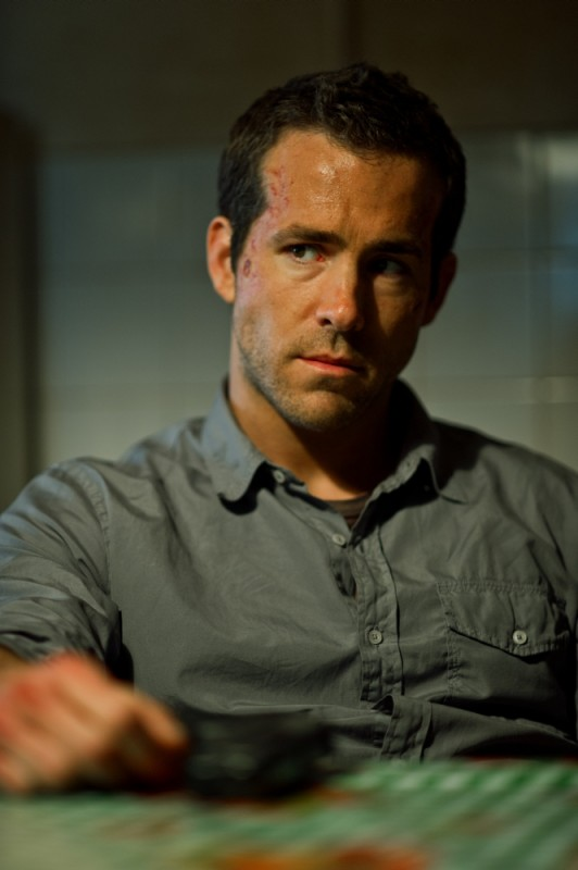 Safe House - Nessuno è al sicuro: Ryan Reynolds è Matt Weston in una scena del film