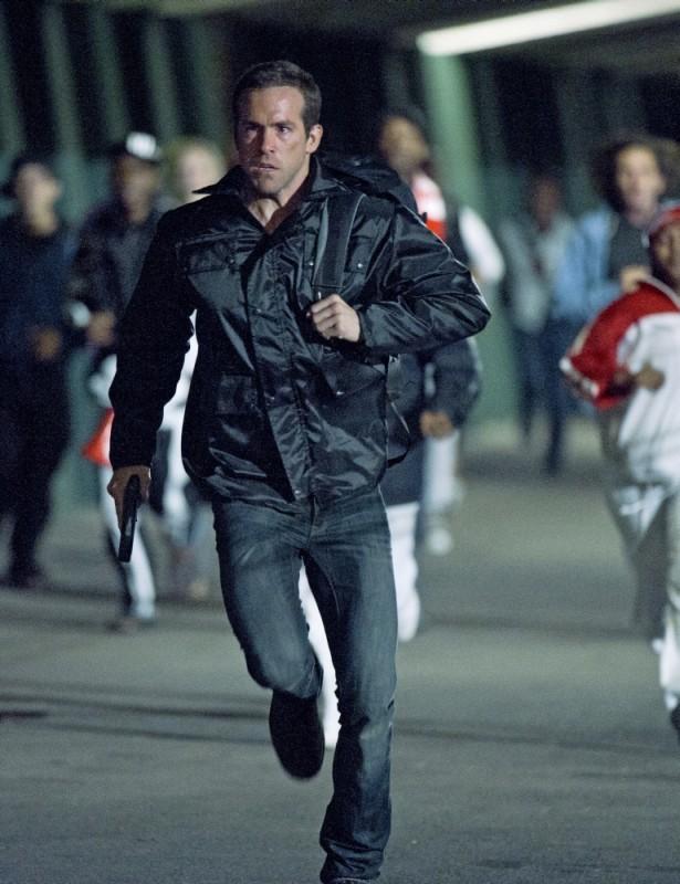 Safe House - nessuno è al sicuro: Ryan Reynolds in una concitata scena del film