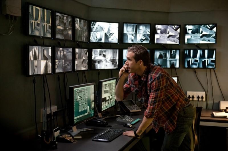Safe House - Nessuno è al sicuro: Ryan Reynolds in una scena tratta dal film