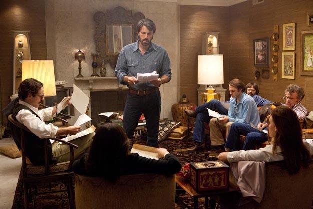 Ben Affleck circondato dai suoi collaboratori in una scena di Argo