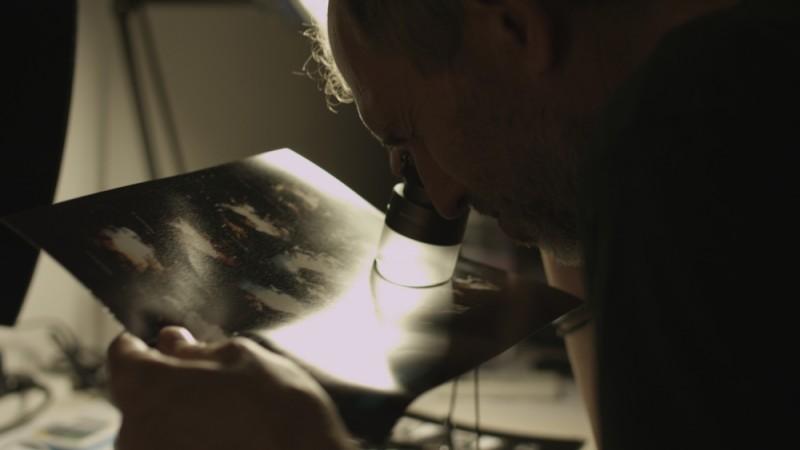 Anton Corbijn in una scena del documentario Anton Corbijn Inside Out