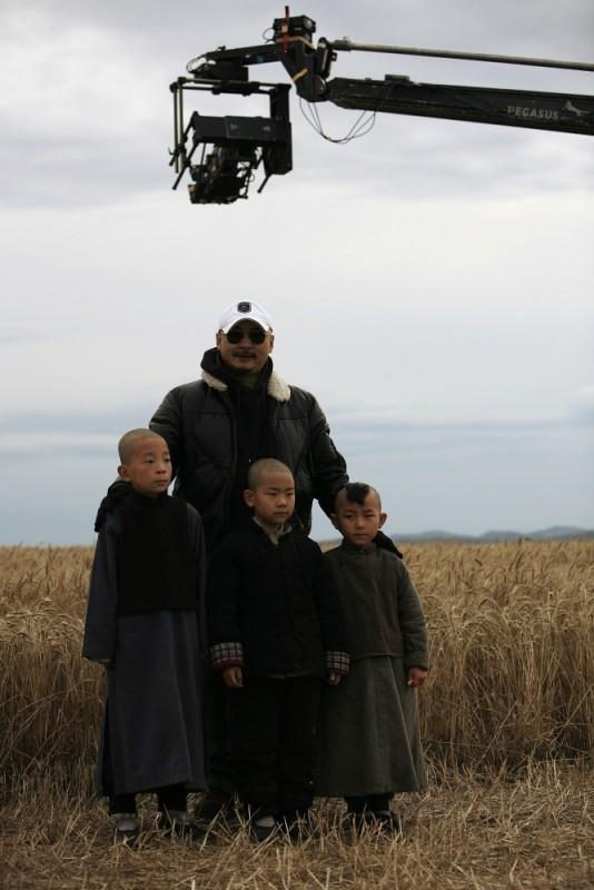 Il regista Wang Quanan sul set del film White Deer Plain con alcuni piccoli attori comparsa