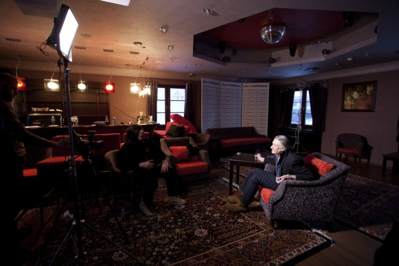 Keanu Reeves in una scena del documentario Side by Side insieme a Joel Schumacher
