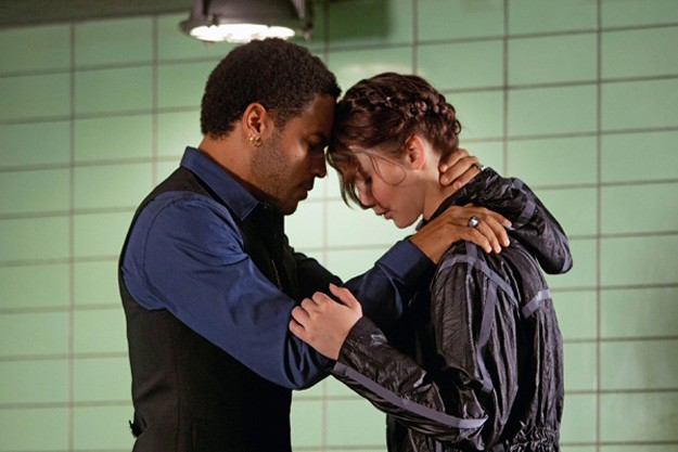 Lenny Kravitz e Jennifer Lawrence uniti in un abbraccio in Hunger Games