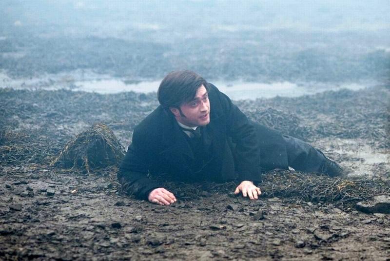 Daniel Radcliffe a terra terrorizzato in un'immagine del film The Woman in Black
