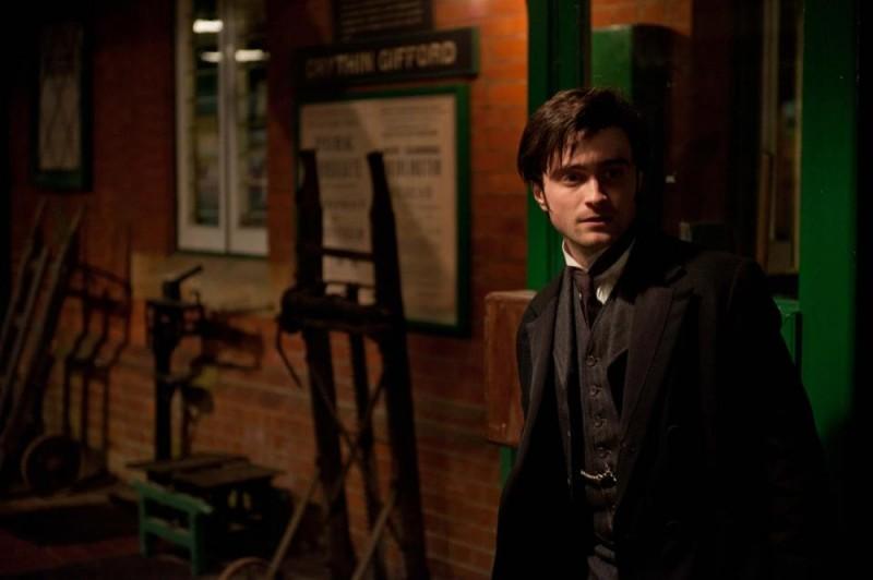 Daniel Radcliffe è l'avvocato Arthur Kipps in una scena di The Woman in Black