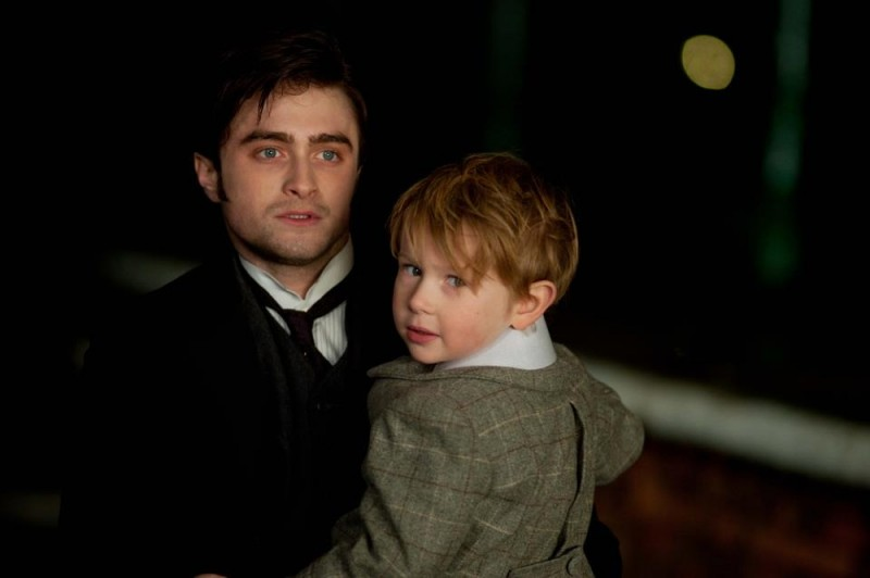 Daniel Radcliffe insieme al piccolo Misha Handley in una scena del film The Woman in Black