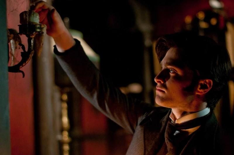 Daniel Radcliffe prende confidenza con la casa del mistero in una scena di The Woman in Black