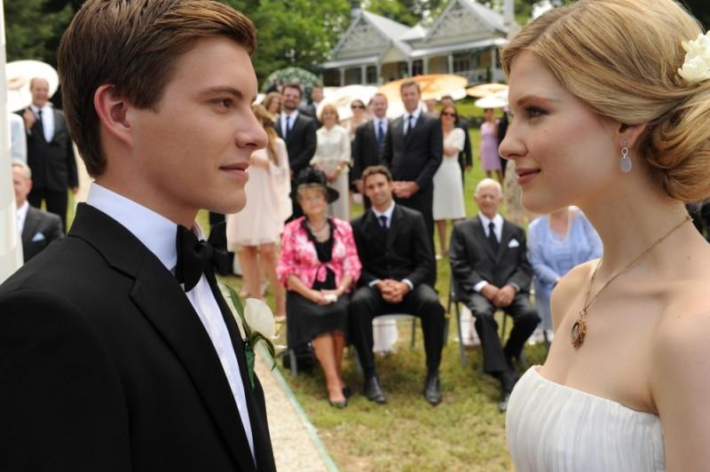 Gli sposi Laura Brent e Xavier Samuel si guardano durante la cerimonia di nozze in una scena di Tre uomini e una pecora
