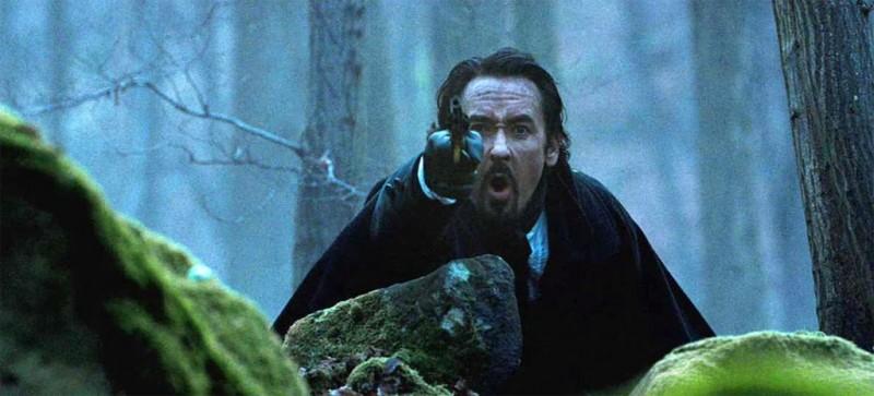 John Cusack in una scena di The Raven nei panni di Edgar Allan Poe