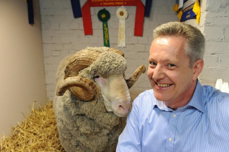 Jonathan Biggins in una foto promozionale di Tre uomini e una pecora insieme all'ariete Ramsy