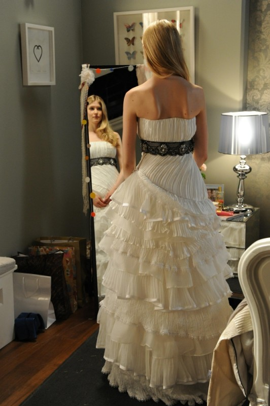 Laura Brent ammira il suo splendido abito da sposa in una scena di Tre uomini e una pecora
