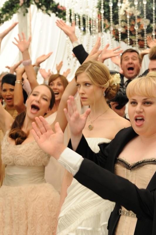 Laura Brent insieme a Rebel Wilson in una scena di Tre uomini e una pecora
