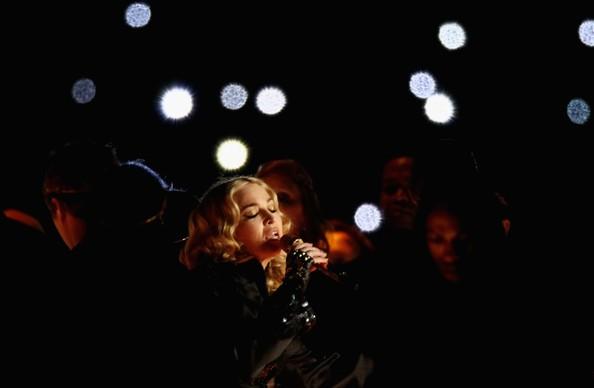 Madonna al SuperBowl 2012 durantre la sua performance che segna il ritorno sulle scene musicali