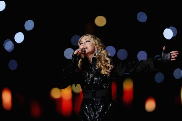 Madonna al SuperBowl 2012 mentre canta Like a Prayer