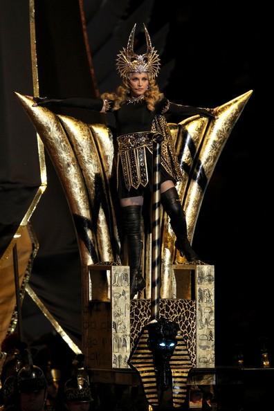 Madonna all'inizio della sua performance ai SuperBowl 2012