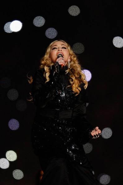 Madonna durante la performance al SuperBowl 2012 mentre canta Like a Prayer