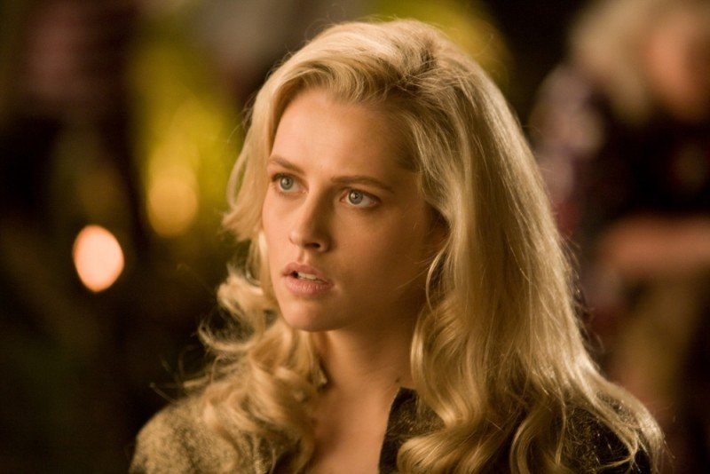 Teresa Palmer in una scena di Take Me Home Tonight