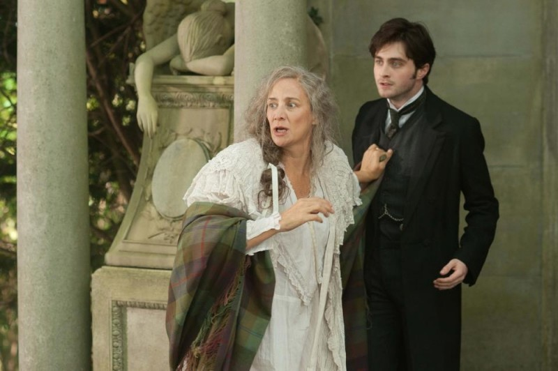 The Woman in Black: Daniel Radcliffe insieme a Janet McTeer in una scena del film