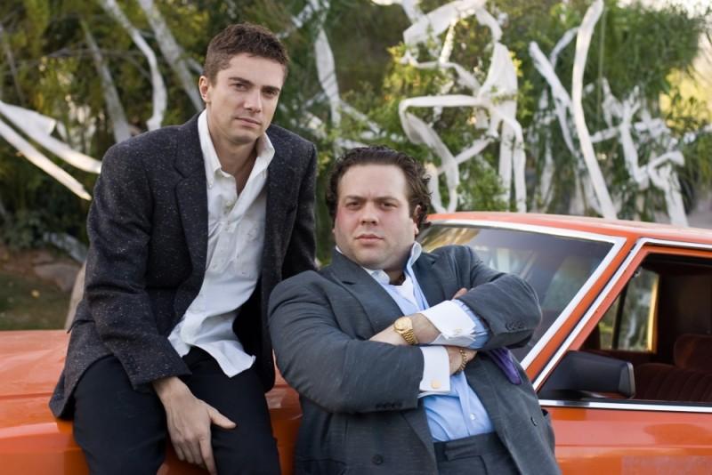 Topher Grace e Dan Fogler posano per una foto promozionale di Take Me Home Tonight