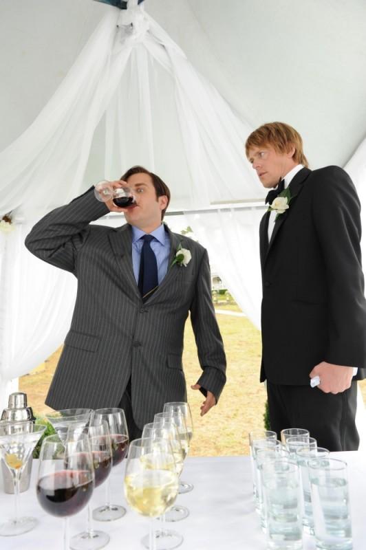 Tre uomini e una pecora: Kris Marshall e Kevin Bishop durante il pranzo di nozze in una scena del film